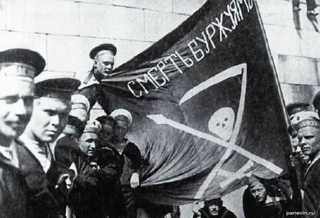 Matelots révolutionnaires du petropavlovsk en 1917, le drapeau noir