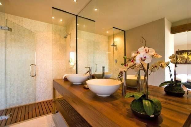 Deck de madeira em banheiros  veja ambientes lindos com essa tendência!  De -> Decoracao Banheiro Madeira