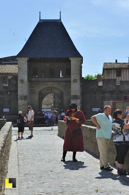 La porte de la place d'accès du château comtal de carcassonne photo pascal blachier