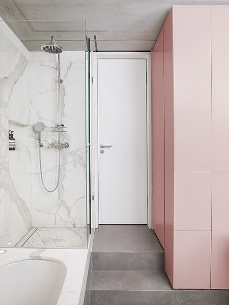 La fabrique d co associer les couleurs dans la d co - Accessoires salle de bain rose ...