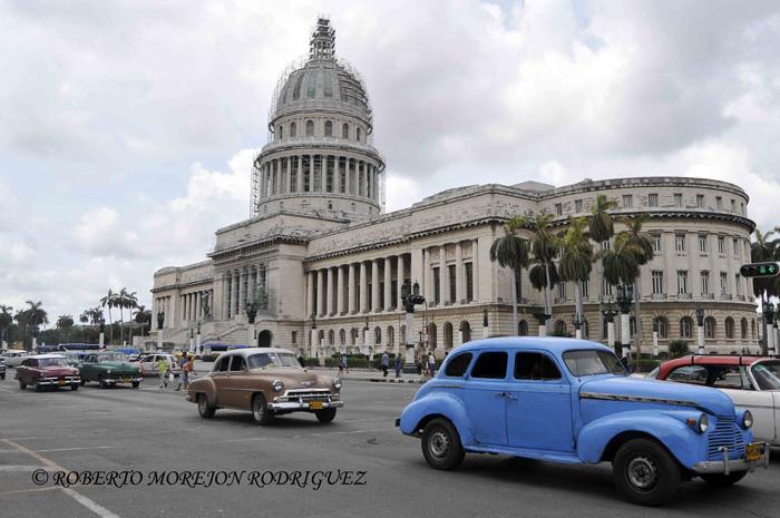 Capitolio Nacional de Cuba, en proceso de restauración, con su cúpula cubierta por un andamio de enormes proporciones, en La Habana, el 28 de mayo de 2013.
