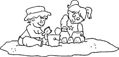 Niños jugando con arena de la playa