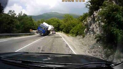 Flagrante Caminhão tomba e quase bate em carro