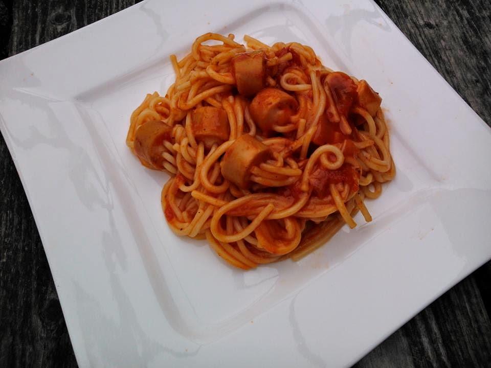 Parówki nadziewane makaronem spaghetti, w sosie pomidorowym.