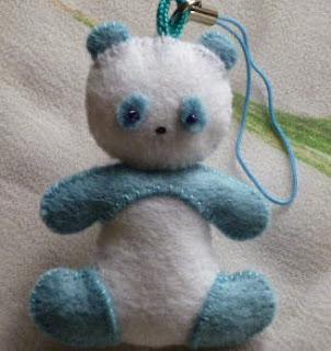 http://manualidadesreciclables.com/15460/hacer-peluches-de-oso-panda-con-fieltro