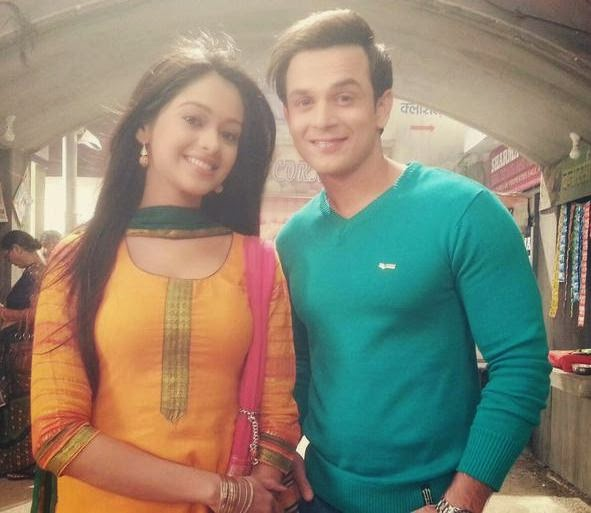 Mugdha Chaphekar on set wallpaper, Mugdha Chaphekar from Satrangi Sasural set, Mugdha Chaphekar with co star, Mugdha Chaphekar unseen pic