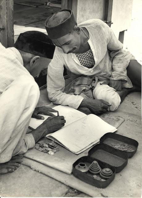 Merchants+doing+the+day's+accounts+in+a+Bazaar+-+India+1940-50's
