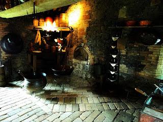 Focolaro, o fogão de barro e madeira. Interior do Museu Casa de Pedra, em Caxias do Sul.