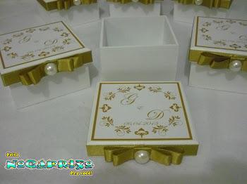 Caixinhas em mdf (9x9x5) adesivadas com as iniciais do casal, fita e meia pérola