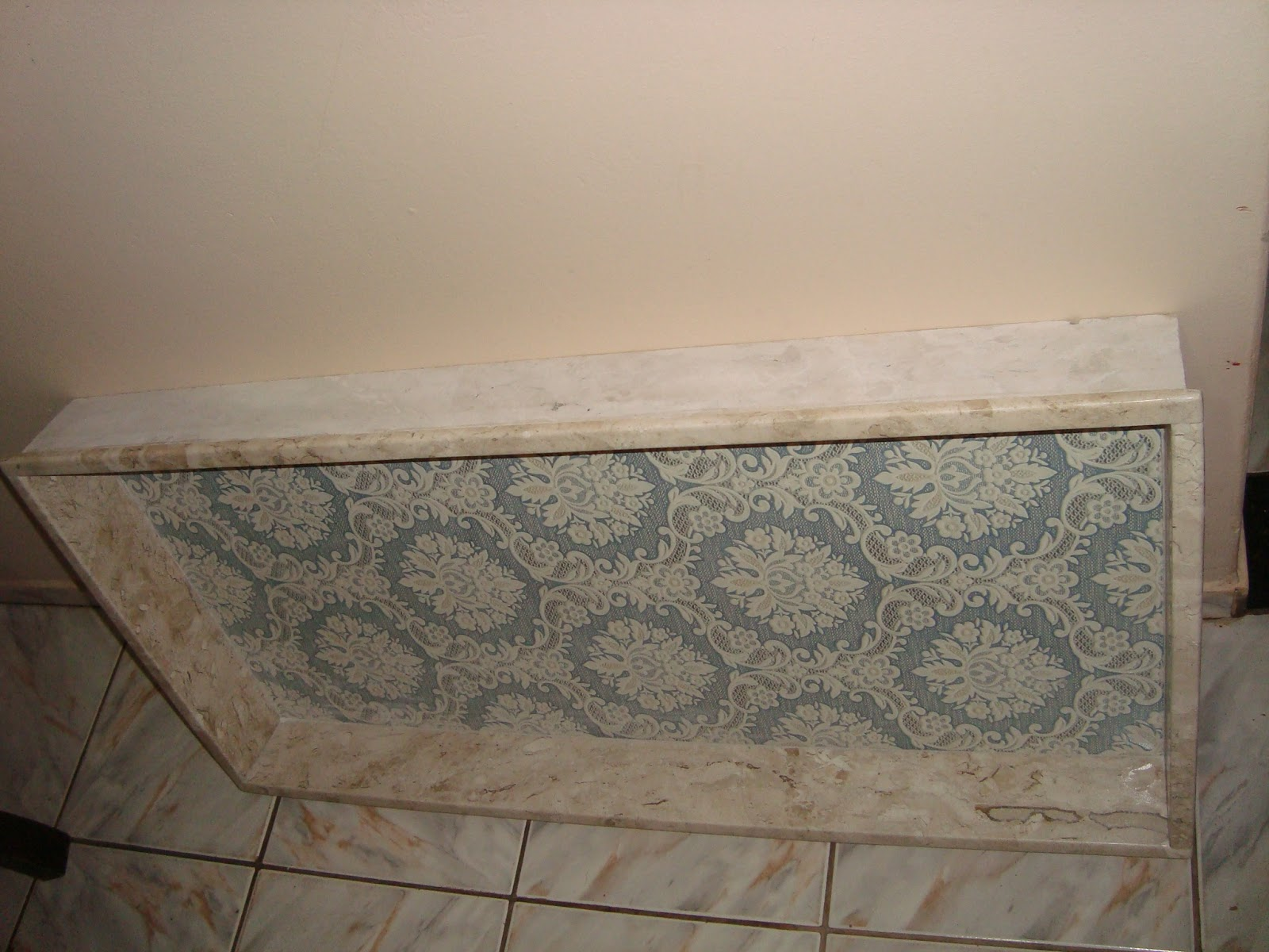 Usamos aquela moldura em volta pra esconder a esquadria dos  #80614B 1600x1200 Banheiro Com Nicho De Granito