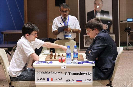 Le joueur d'échecs français Maxime Vachier-Lagrave a utilisé une belle ressource tactique pour mettre KO le Russe Tomashevsky, surnommé le professeur avec son air sévère et ses petites lunettes © Site officiel