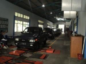Mobil yang sudah melalui mesin antrian Surabaya saat uji KIR