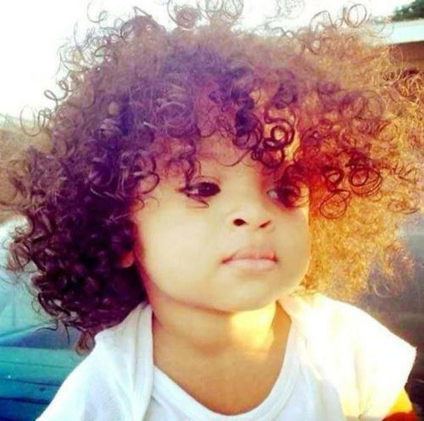 Photo bébé avec cheveux bouclés