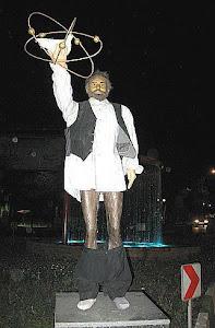 جمهوری اسلامی مجسمه یک روستایی با انرژی هستی برپا کرده که مردم خشتک آن مجسمه را پایین آورده اند