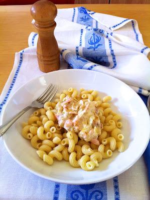 Pasta con salsa de yogur y salmón