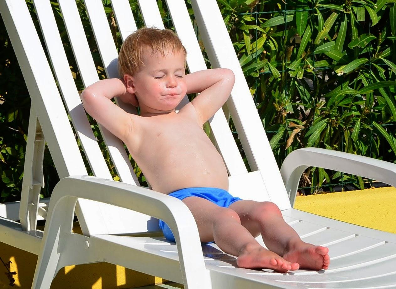 Kind liegt auf Poolliege