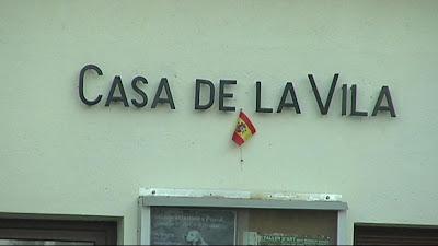 Mini-bandera espanyola a la Casa de la Vila de Gallifa