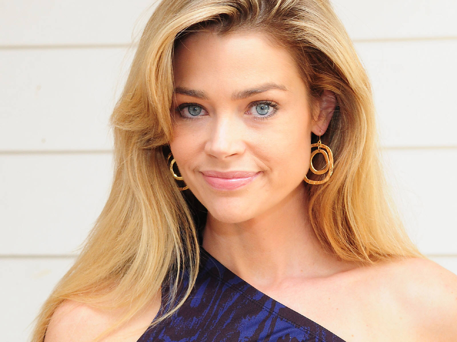 http://1.bp.blogspot.com/-yoDY4QSdnB0/UH1XRbe7AII/AAAAAAAABBk/oWg4mcFUZV0/s1600/Denise_Richards_0116_1600X1200_Wallpaper.jpg
