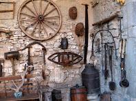 Elements de la vida rural exposats en un dels coberts de l'Oliver