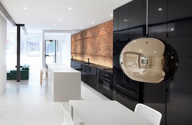 Cocina negra y blanca como elemento central cocinas con for Cocina blanca encimera negra