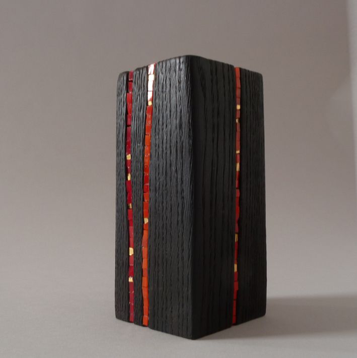 Banco madeira carbonizada e encravada de pastilhas