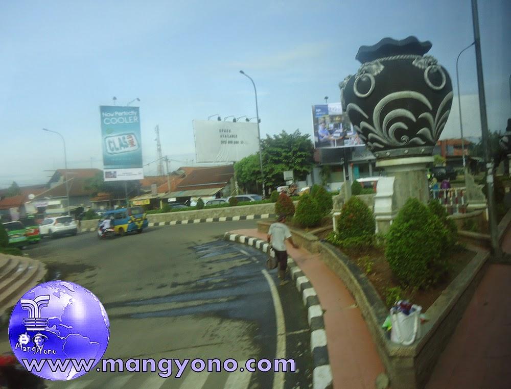 Mengenang Indahnya Daerah Purwakarta. Foto tugu Guci keramik di Perempatan STS, Sadang, Purwakarta, Jepretan admin.