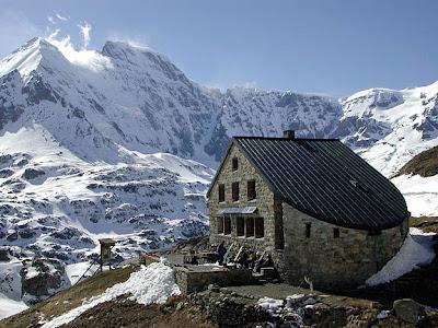 Планинска хижа нейде извън България