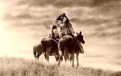 Cette image aux magnifiques tons sepias montre deux indiens à cheval dans une plaine aux longues herbes. Ces deux indiens, dont on peu presumer que l'un deux est un grand chef grace a la coiffe arborant des plumes d'aigle dressees circulairement et verticalement tout autour de sa tete, sont photographies de dos, en contre-plongee, et font face à un ciel qui parait immense et s'ouvrant a eux. Cet angle de vue particulier offre au spectateur un intense sentiment de liberte puisqu'il donne l'impression que les deux personnages s'apretent a conquerir l'horizon. Cette ivresse de liberté et de bonheur est toutefois temperee par les nuages qui obscurcissent le ciel et la couleur sepia de l'image qui procure a l'ensemble une douce mélancolie hors du temps. Cette belle image, tres cinematographique, accompagne fort a propos le superbe et noble poeme du Marginal Magnifique intitulé Crazy Horse. Ce titre reprend directement le nom du grand chef sioux eponyme, né vers 1839 et mort le 5septembre1877, qui fut, avec le non moins fameux Sitting Bull, l'un des grands leaders lakhotas ayant lutté contre les militaires américains. Crazy Horse se batit une solide réputation de guerrier courageux et efficace, non seulement parmi les siens, mais aussi plus tard parmi ses ennemis. Les circonstances de sa mort a Fort Robinson demeurent troubles: on ne sait s'il a ete victime d'un meurtre ou bien d'un accident. Le guerrier oglala Fying Hawk dira a propos de ce meurtre suppose: Ils l'ont tue parce qu'ils ne pouvaient pas le conquerir. Dans son poeme, Le Marginal magnifique reprend mot pour mot cette phrase empreinte de panache et s'assimile au grand chef amerindien pour son refus de plier, son refus des compromissions, sa grande integrite, sa noblesse d'ame et se dit prêt a assumer son destin d'etre seditieux et entier, quel qu'en soit le prix. Encore un immense poeme du Marginal Magnifique qui met en plus a l'honneur une legende de l'Ouest !