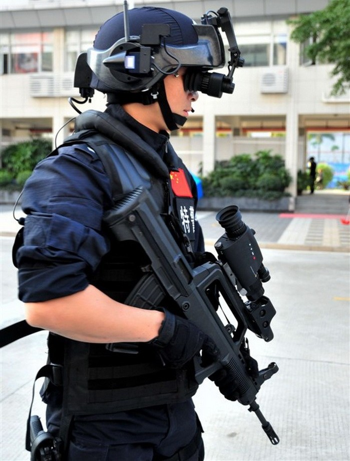 Police Chinoise  Chinese+People%2527s+Liberation+Army+Special+Operations+Forces+Nspecial+services+force+Policemen+from+the+Special+Weapons+and+Tactics+%2528SWAT%2529+team+stand+Chinese+Digital+Soldier+System+technology+at+2011+%25284%2529