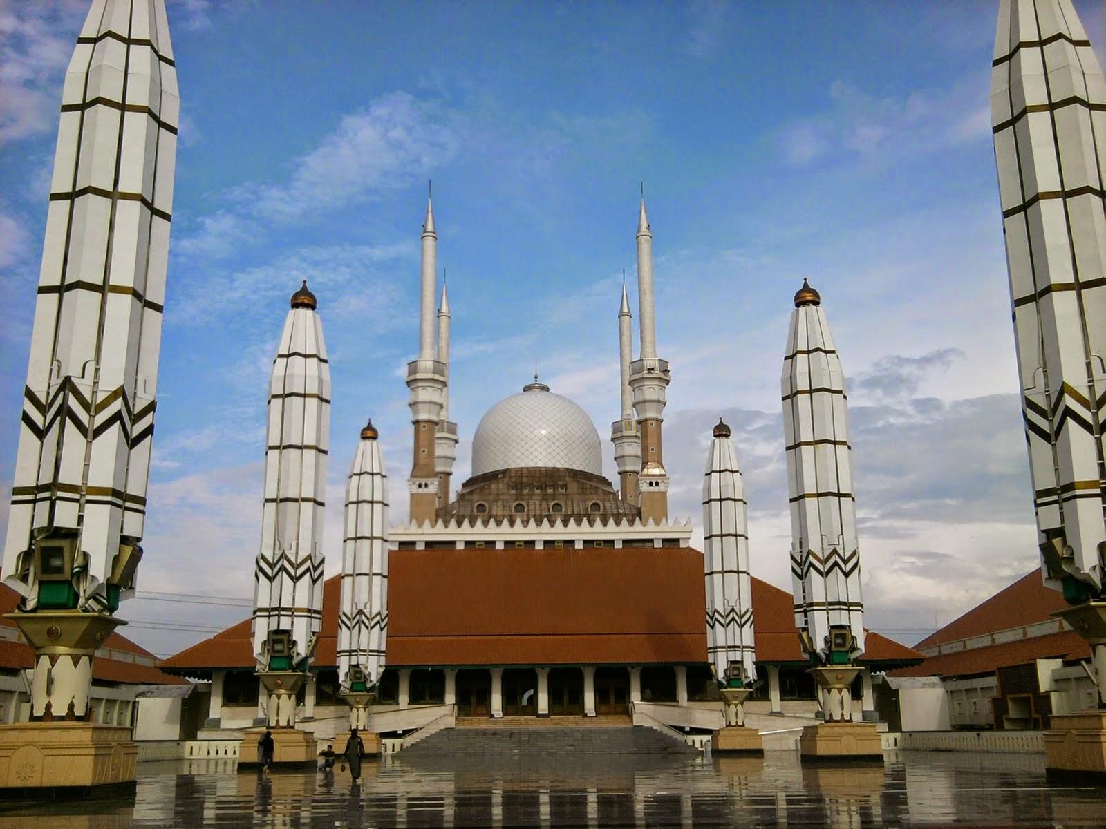 Masjid Agung Jawa Tengah di Semarang dari depan