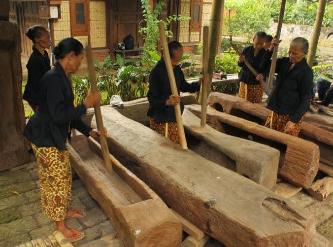 Musik Gedhogan ala desa adat Kemiren, Banyuwangi.