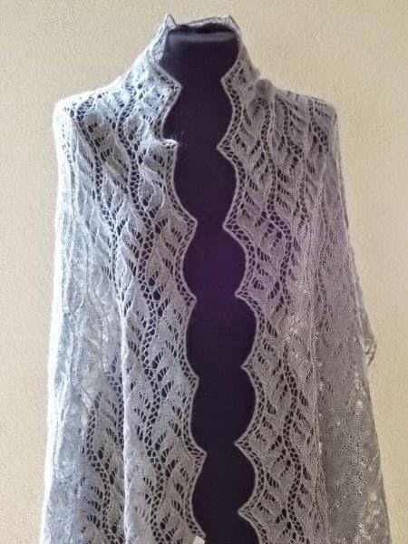 TE KOOP: Grote langwerpige ,grijze feestsjaal:licht grijze kleur  60 x 2.05