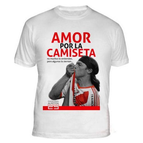 Almeyda besandose la camiseta en la cancha de boca