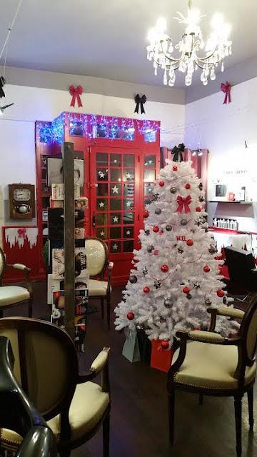 La neige tombe aussi au Studio 54 à Montpellier, sans oublier les noeuds, l'arbre de Noël et nos décorations de Noël.