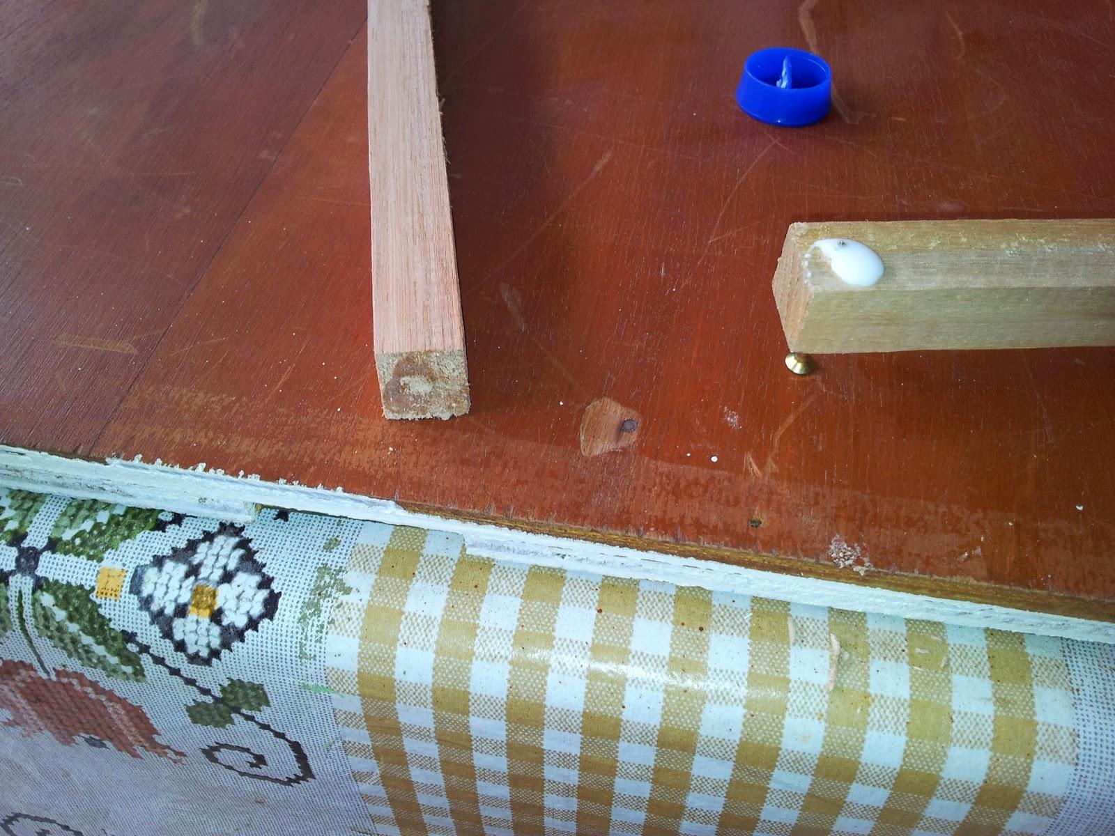 Peguei algumas ripas quadradas de eucalipto e construí dois cavaletes  #743C2F 1600x1200