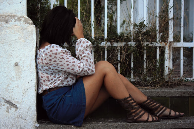 blusa-flores-falda-tejana-botones-sandalias