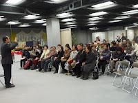 大丸百貨店で視覚障害の啓発イベント「あい・らぶ・ふぇあ」で講演する松永さん。