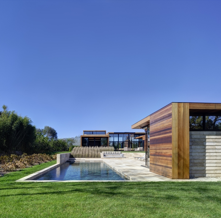 Swimming pool in Sam's Creek Home by Bates Masi Architects