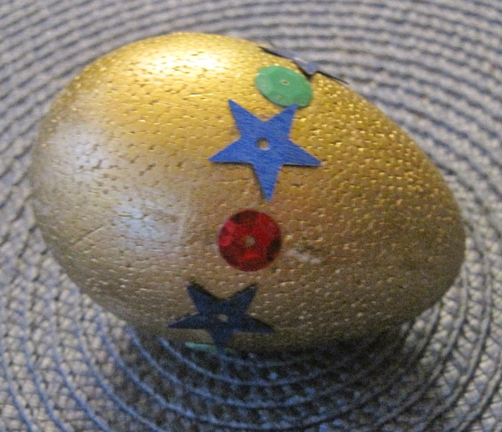 styropianowe jajko ozdobione cekinami