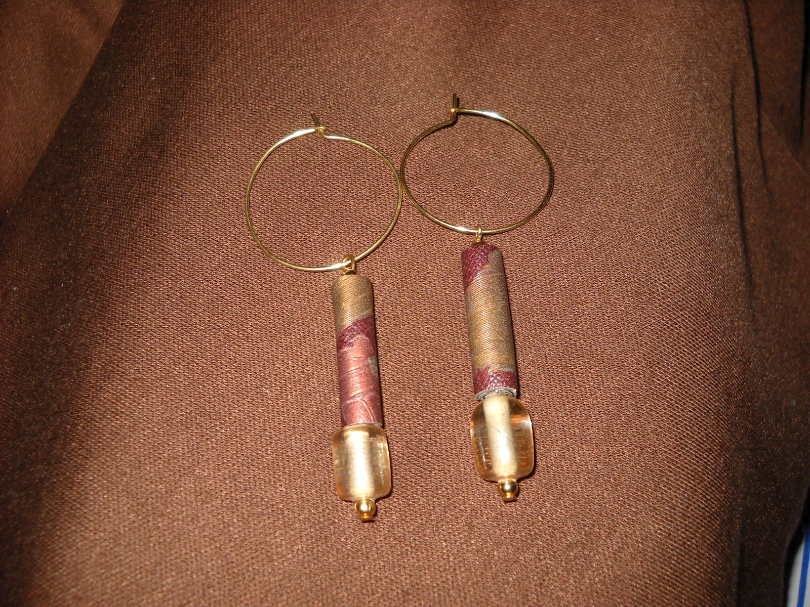 http://1.bp.blogspot.com/-yrt65SycVZE/Ty9TgqA3C1I/AAAAAAAABH8/32hT3asNBow/s1600/Paper+Bead+Earrings+1.jpg