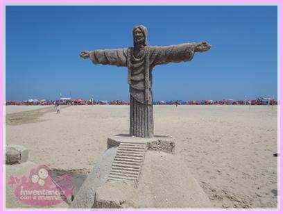 Escultura em Areia na Praia de Copacabana Cristo Redentor