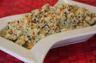 quinoa reale con semi di lino, carote e misticanza di fiori.