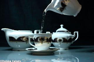 fotografia de colocando o chá na chávena