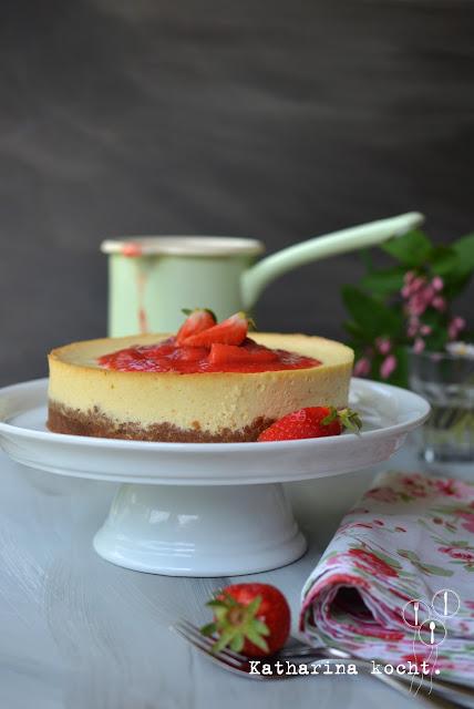 LG Cheesecake mit Schichtkäse und Erdbeer-Rhabarber-Topping auf www.katharinakocht.com
