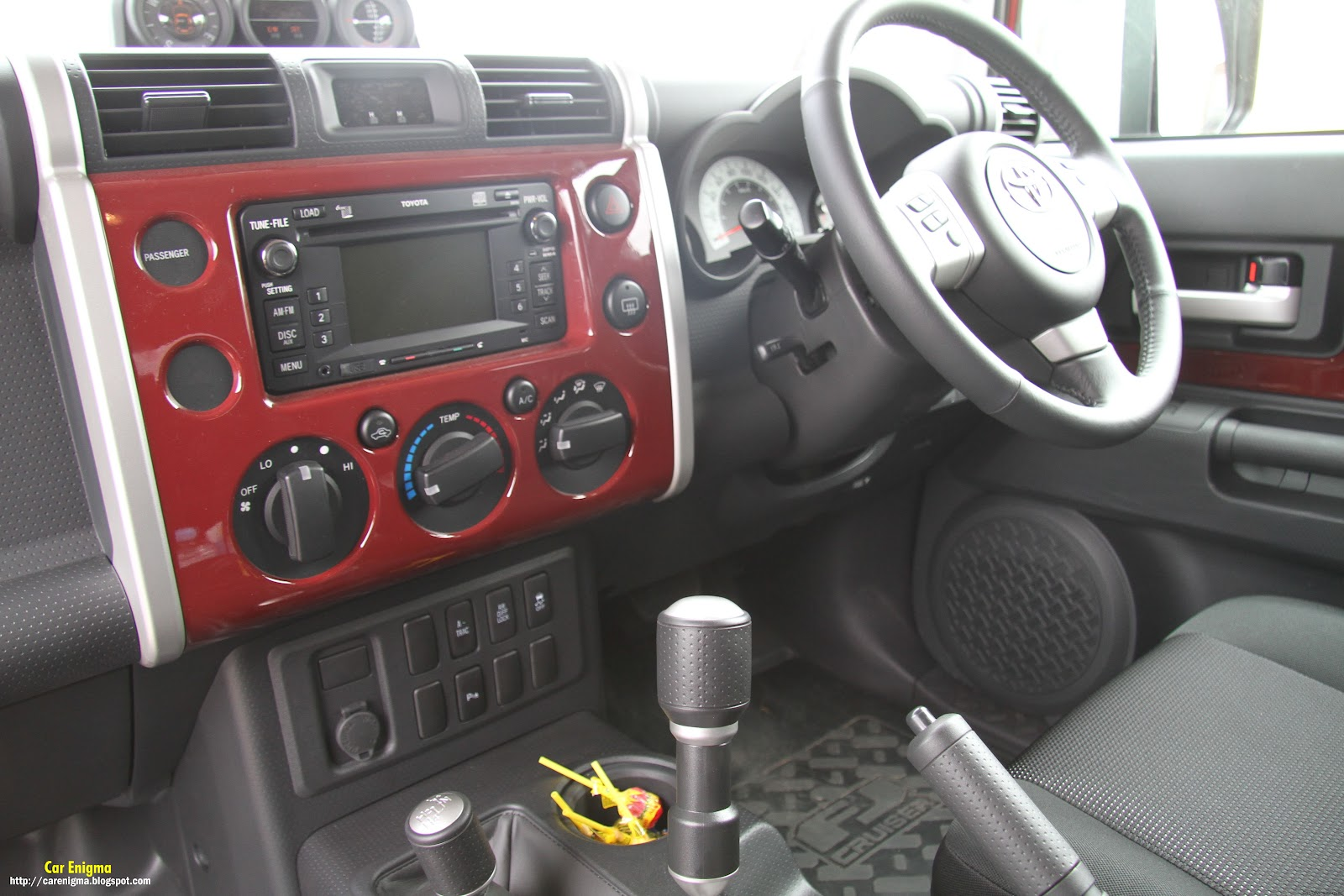 http://1.bp.blogspot.com/-ytF17IptU5o/T2bx3aJZPqI/AAAAAAAAAvo/T291VvTx970/s1600/Toyota_FJ_Maroon-Interior.jpg