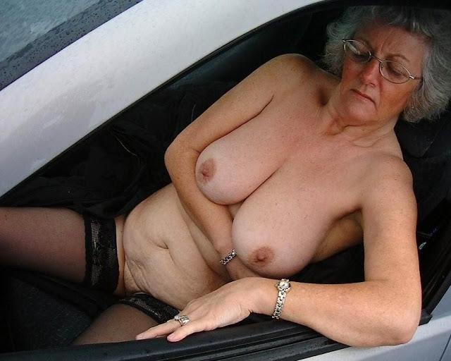 Alte Oma zeigt ihre schlaffen Hänge Titten