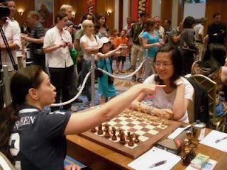 La Chessqueen Kosteniuk a sorti Hou Yifan © Photo Patrick Van Hoolandt