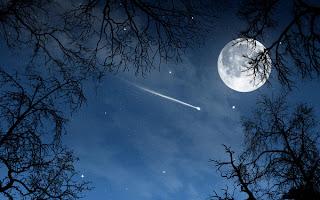 Estrella fugaz con la Luna