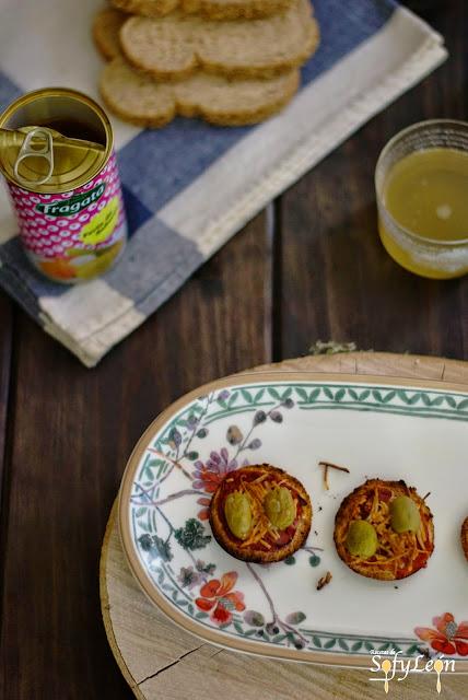 Receta de mini tostas de jamón, queso y aceitunas.