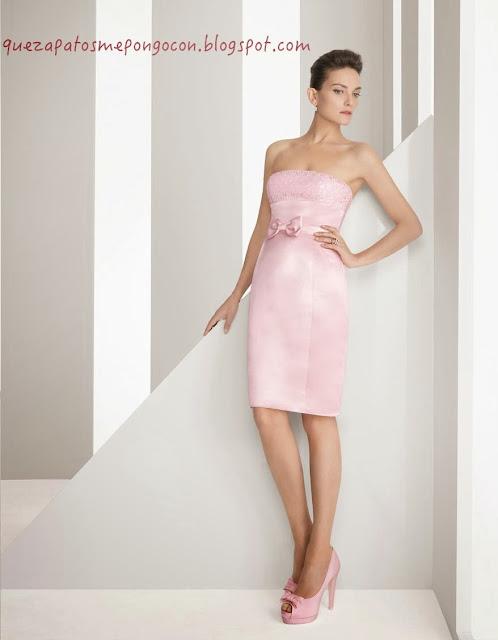 Vestido blanco y zapatos rosa palo